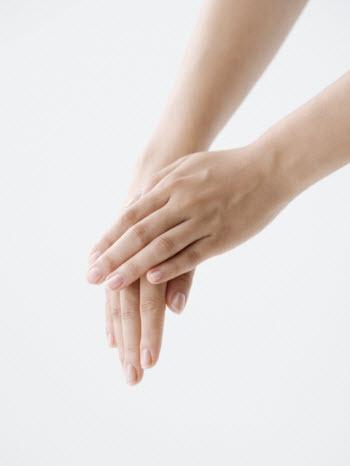若い女性の手